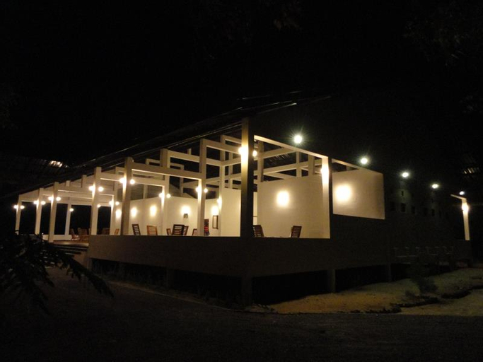 Naaval Hotel, Manmunai North