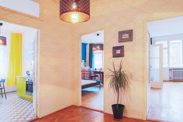 City Center Apartment for 7 people walking distance to Old Town by easyBNB, Praha 7
