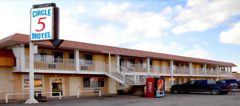 Circle 5 Motel, Division No. 6