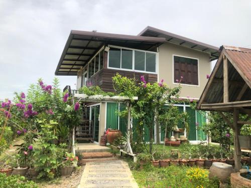 บ้านล้อมลักษณ์ BanLomLak, Si Sam Rong