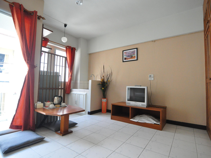 The Living Room Apartment, Din Dang