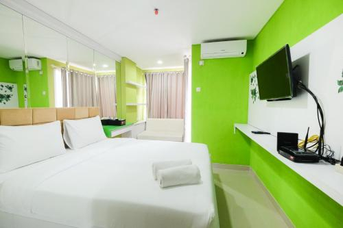 Best Price Studio @ The Enviro Apartment By Travelio, Cikarang