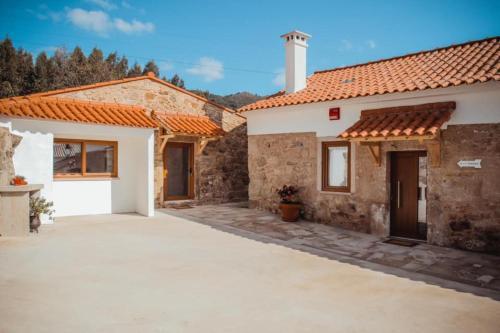Casa Rustica com piscina em Valenca by iZiBookings, Valença