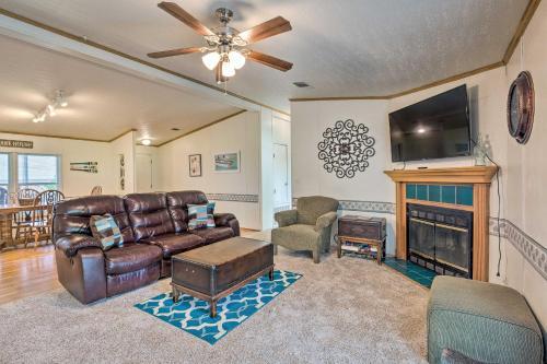 Home with Deck, Walk to Cedar Creek Res & 2Mi to Golf, Kaufman