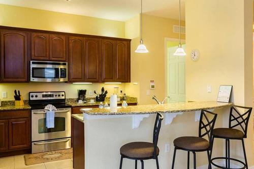 Charming Vacation Apartment at Vista Cay apt 407, Orange