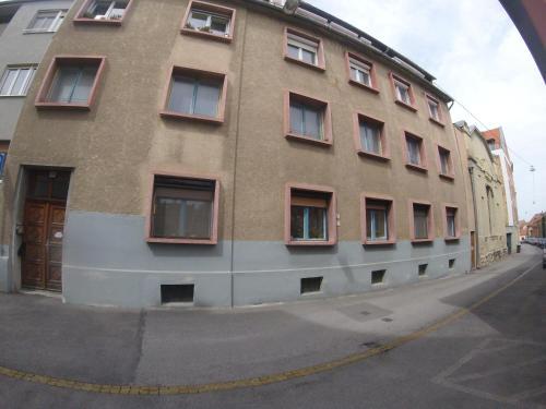 Belvaros Apartman, Pécs