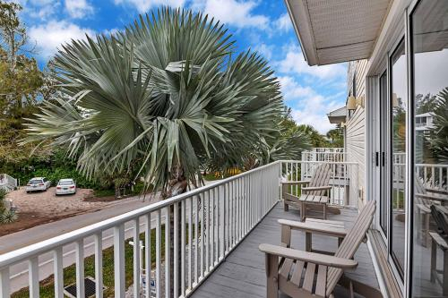 Sunset Views + Steps From the Beach With Elevator Duplex, Charlotte