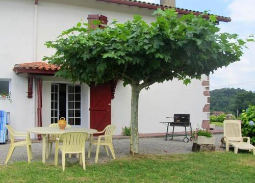 House with 2 bedrooms in Lasse with wonderful mountain view and enclosed garden 50 km from the beach, Pyrénées-Atlantiques