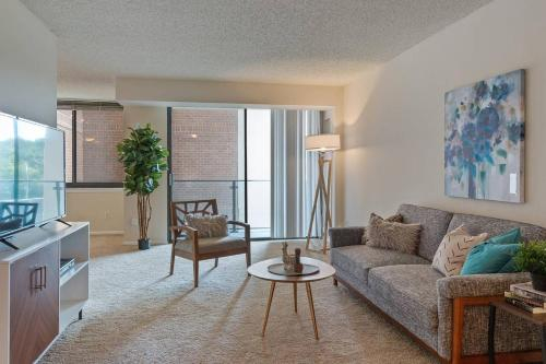 Modern Apartment Just Outside DC + Gym + Pool, Alexandria