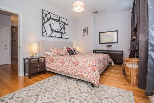 Brookline Village 2 Bedroom by STARS of Boston, Norfolk