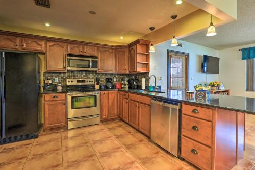 Spacious Sebring Getaway with Gas Fire Pit & Grill!, Highlands