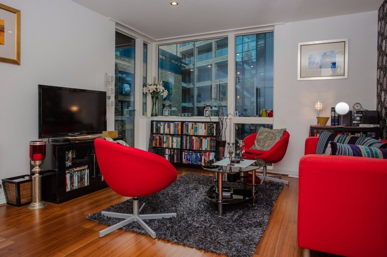 Beautiful Spacious Apartment with Private Balcony, London