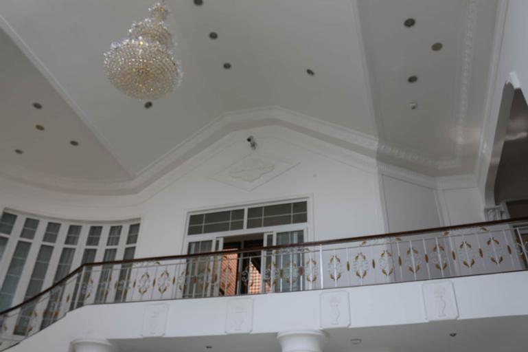 Kingsbridge Royale Hotel, Tema