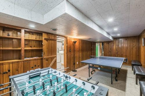 Enchanting historic townhouse with game room, Alexandria