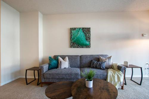Newly Renovated Flat Just Outside DC + Gym + Pool, Alexandria