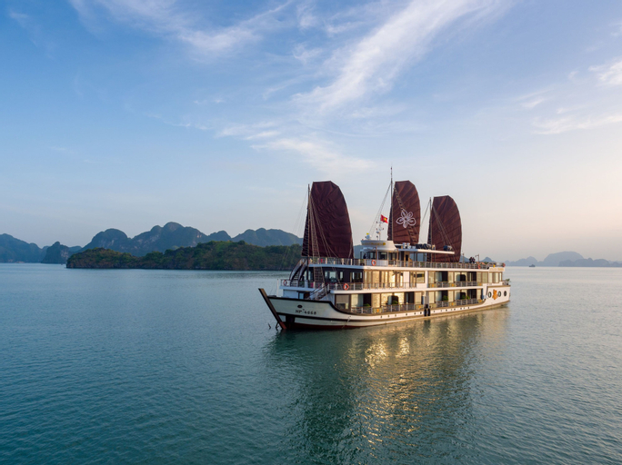 Azalea Cruise, Hạ Long