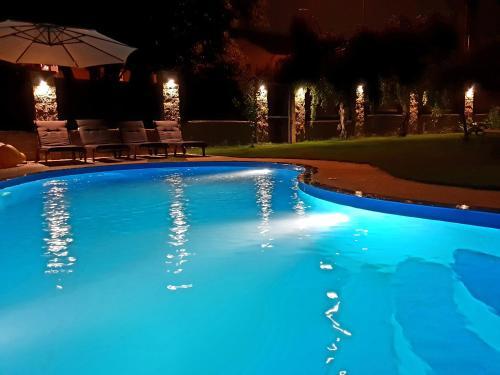 Luxury house close to metro, with pool and whirlpool, Praha 11