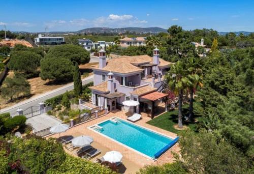 Almancil Villa Sleeps 10 with Pool Air Con and WiFi, Loulé