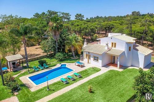 Villa in Sao Lourenco Sleeps 6 with Pool Air Con and WiFi, Loulé