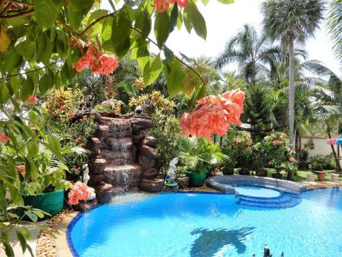 Relaxing Palm Pool Villa, & Tropical Illuminated Garden & Private Swimming Pool., Bang Lamung