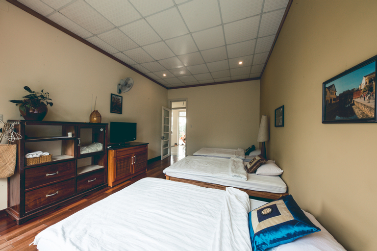 The Hillside Homestay -Triple Room with balcony, Huế