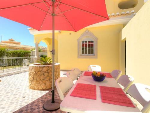 Casa Santa Isabel wonderful 6 bedroom villa sleeps 12 located just outside the traditional seaside, Lagoa