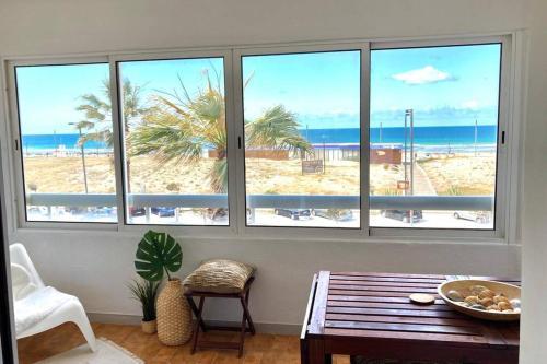 Charming & Spacious Sea Front Apartment, Almada