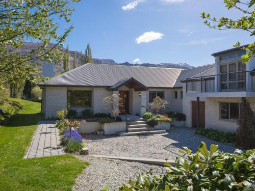 Lakes Retreat - Queenstown Holiday Home, Queenstown-Lakes
