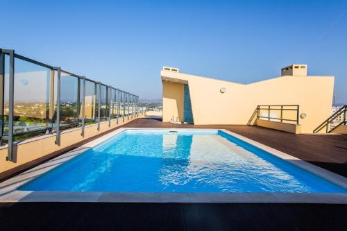 Picturesque & Modern 2 Bedroom flat with Rooftop Pool in Olhao, Olhão