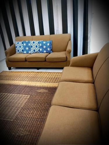 Raja Residence-0136288405 Homestay Sendayan Seremban Free Wifi 4rooms full aircond 55in TV swimming , Seremban