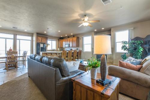2012 LP PS4, Private Balcony with Beautiful Mountain Views, and Great Clubhouse Amenities, Washington