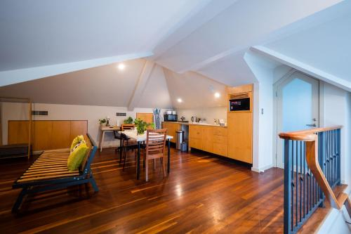 Quiet Private Studio In Strathfield with Kitchenette and Private Bathroom 3min to Station sleeps 6, Burwood