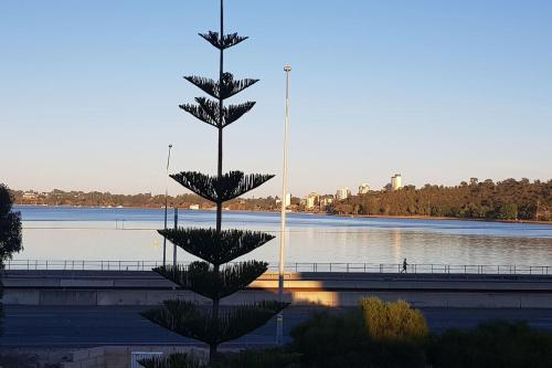 Riverside Large 2 bedroom Apartment with River Views, South Perth