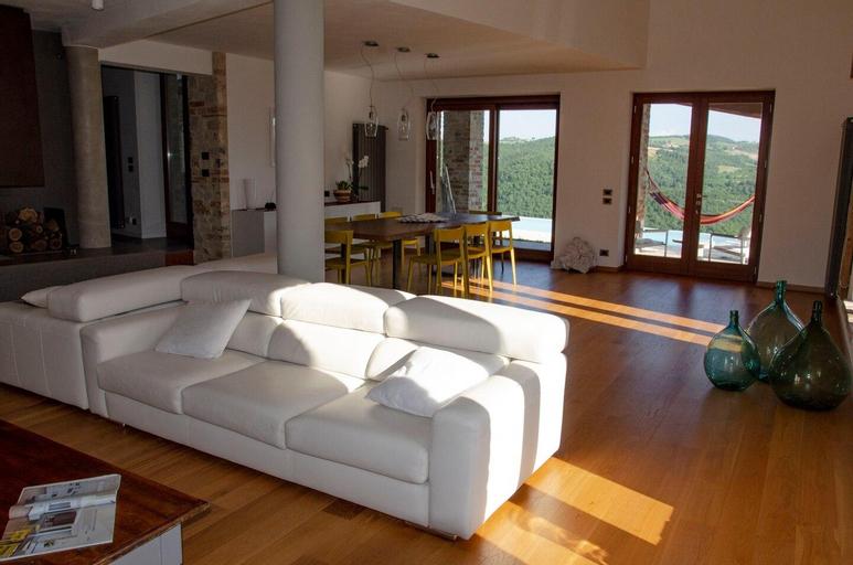 Splendida villa con piscina a sfioro con vista, Terni