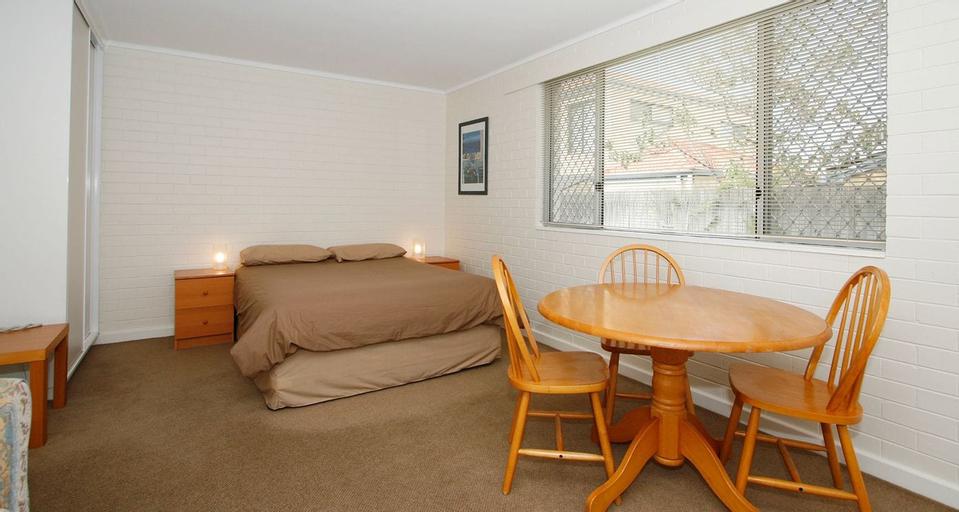 Malibu Apartments, Vincent