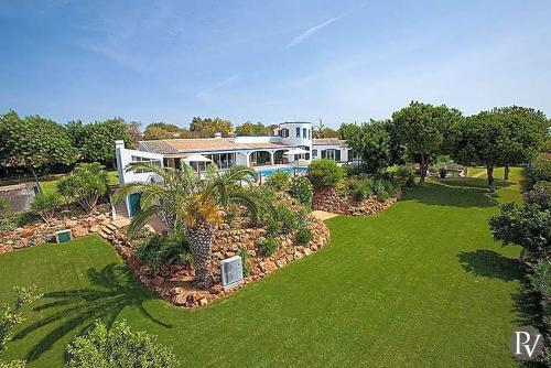 Boliqueime Villa Sleeps 10 with Pool Air Con and WiFi, Loulé