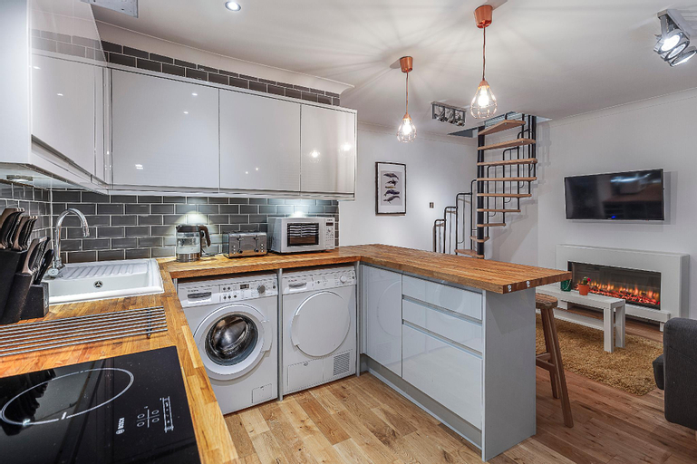 Lux 3 beds/5guests-1min to the metro/free parking, London