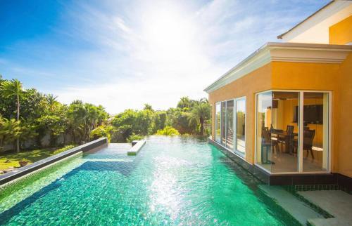 Pattaya vila s peti loznicemi a bazenem + virivka, Bang Lamung