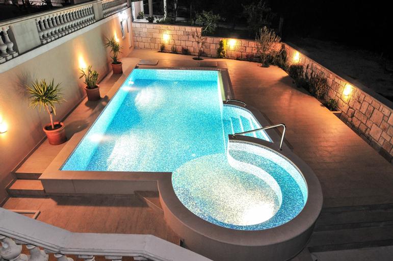 Pontus Luxury Apartments,