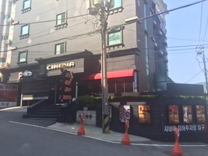 Cinema Motel, Dong