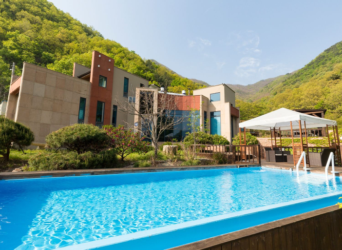 Penatess Pool Villa, Chungju