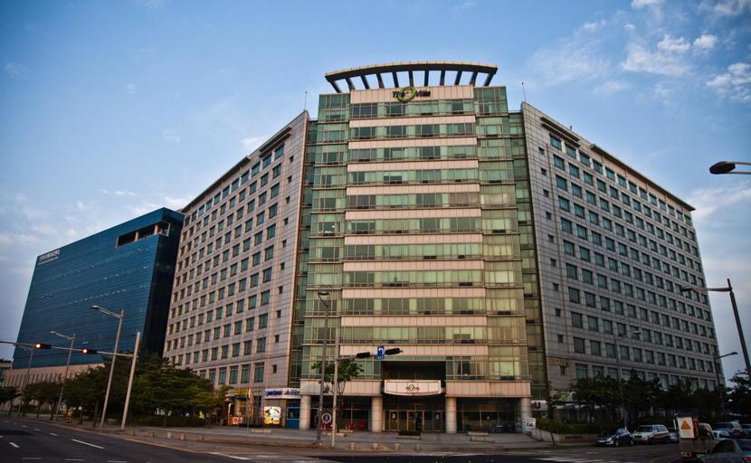 Crown Capsule Hotel, Jung