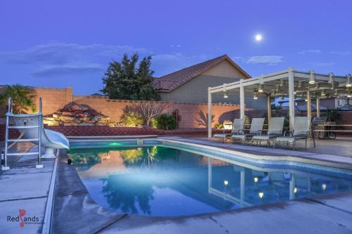 4242 Sand Hollow Private Pool and Hot Tub, Water Slide, Playground, Lots of Parking, Ping Pong, Washington