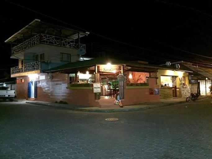 Barrio Café Hotel, Tola