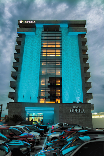 Hotel Opera, Navodari