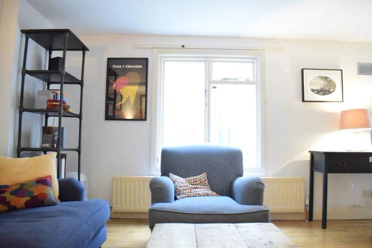 2 Bedroom Islington Apartment With Terrace Sleeps 4, London