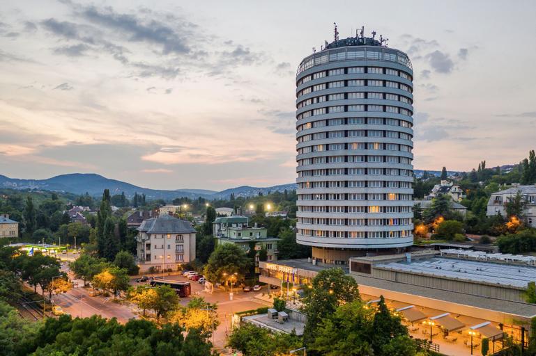 Hotel Budapest, Budapesti