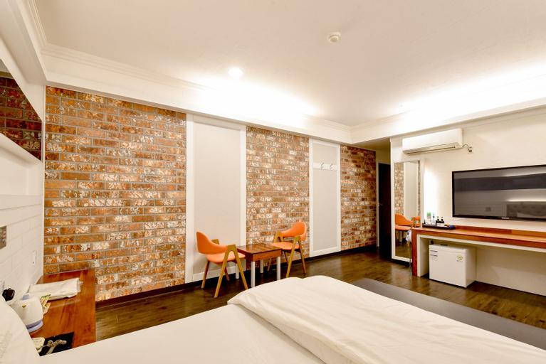 Chicago Motel, Jung