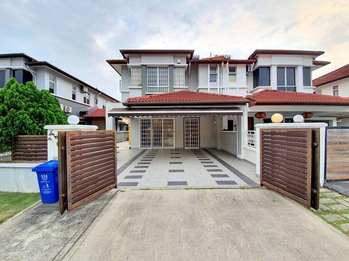 Kota Kemuning Private House by BeeStay, Klang