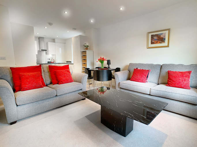 Trinity Court - Central Windsor modern 1 bed flat, with gated parking., Slough